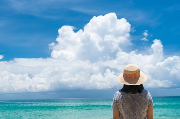 Femme voyage autour du monde avec la liberté de la plage d'été et se détendre le concept de vie.