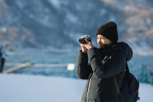 Femme de voyage en saison d'hiver