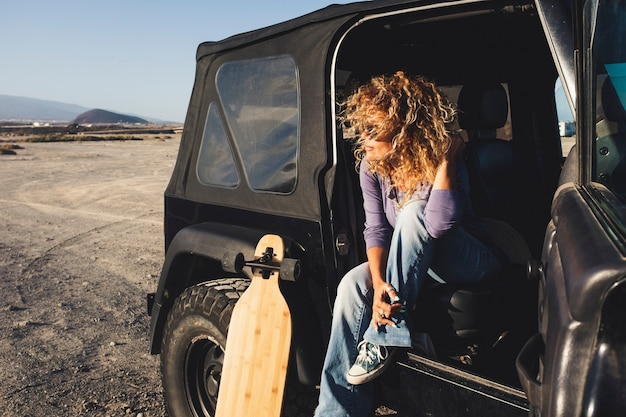Une femme voyage seule avec une voiture noire et une longue table de bord