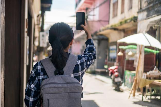Femme voyage à travers le monde avec le concept de liberté de sac à dos.