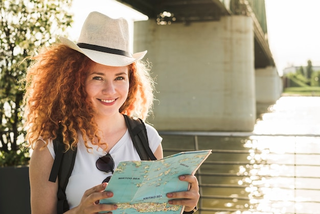 Femme voyageant autour du monde
