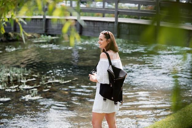Femme voyageant dans une jolie robe blanche