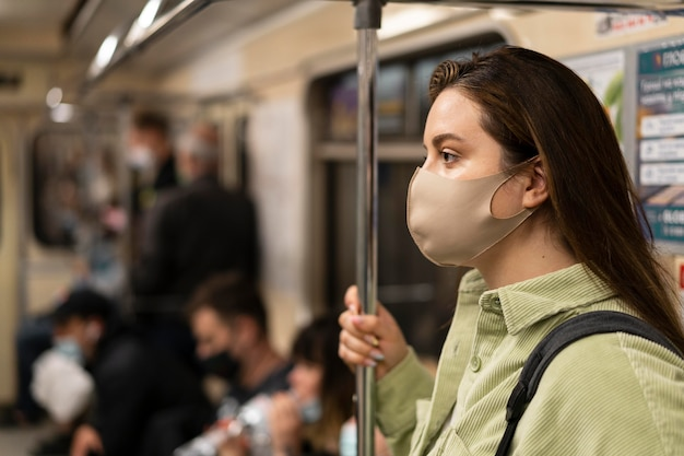 Femme voyageant en métro se bouchent
