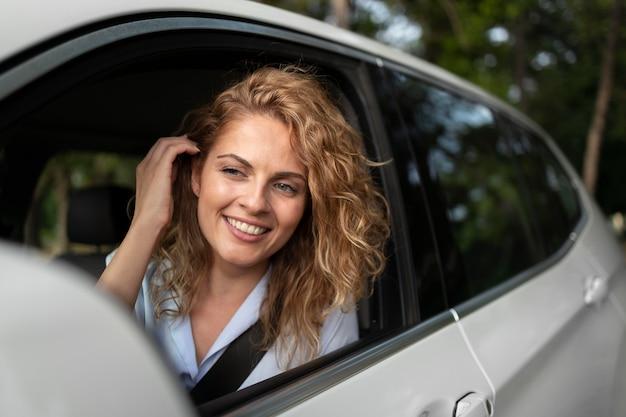 Femme voyageant avec sa voiture