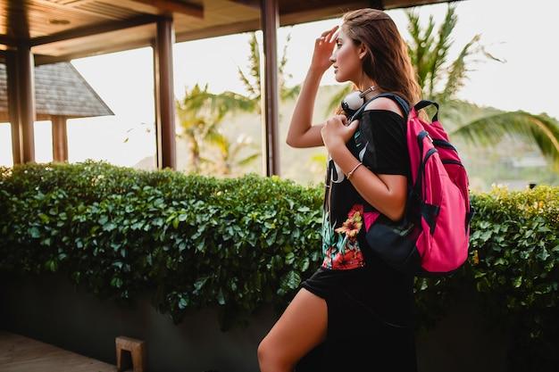Femme voyageant avec un sac à dos sur villa tropicale
