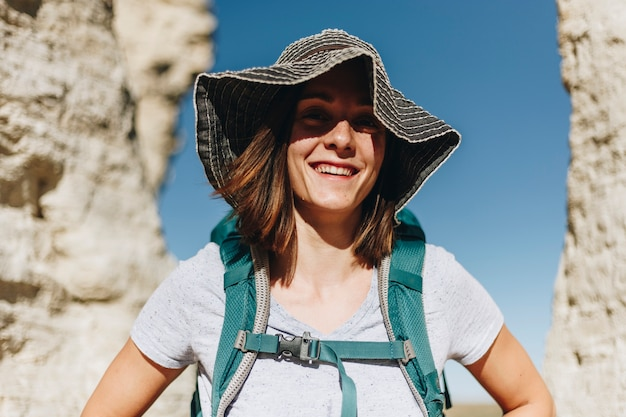 Femme voyageant avec sac à dos