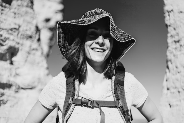 Femme voyageant avec un sac à dos
