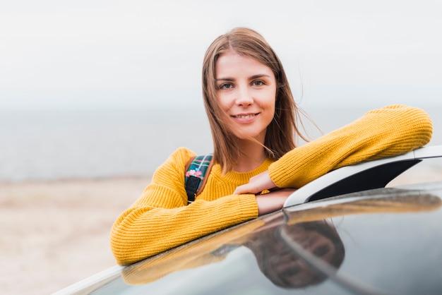 Femme voyageant seule face à la caméra