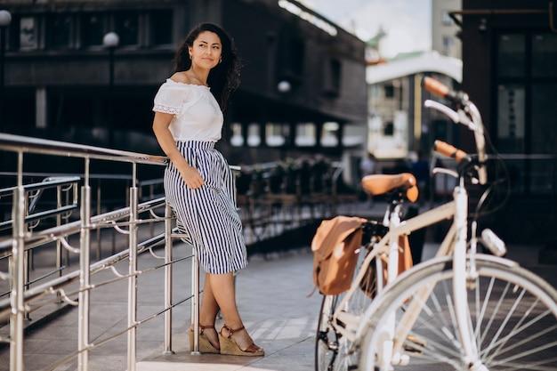Femme voyageant à vélo en ville