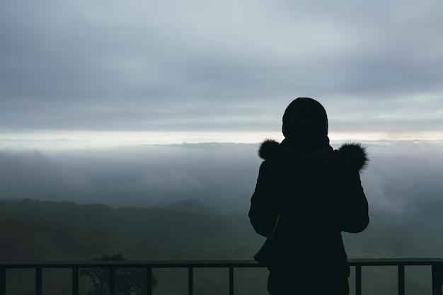 Femme de voyageur au point de vue de phu tubberk