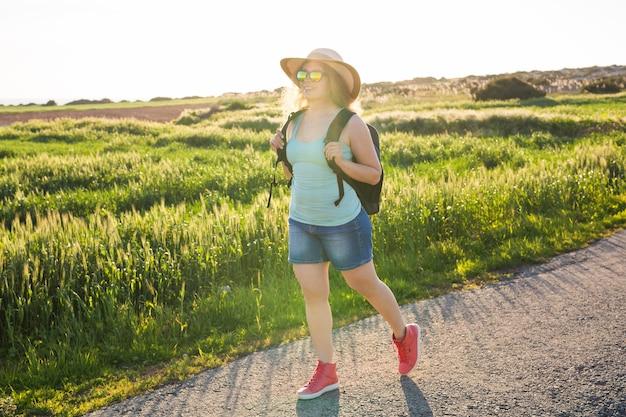 Femme de voyageur avec carte sur la nature