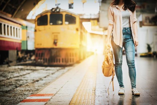 Femme voyageur debout à la gare