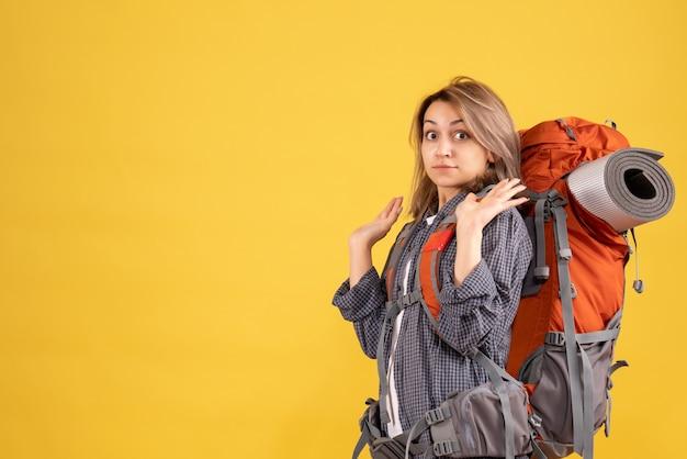 Femme de voyageur effrayée avec sac à dos rouge