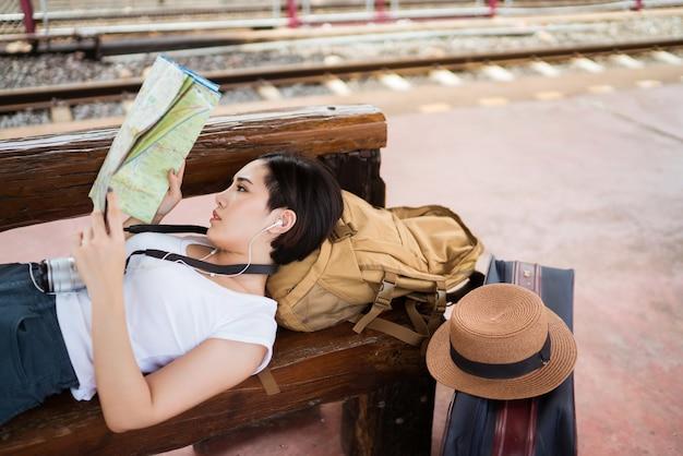 Femme voyageur à former est allé voir les sites