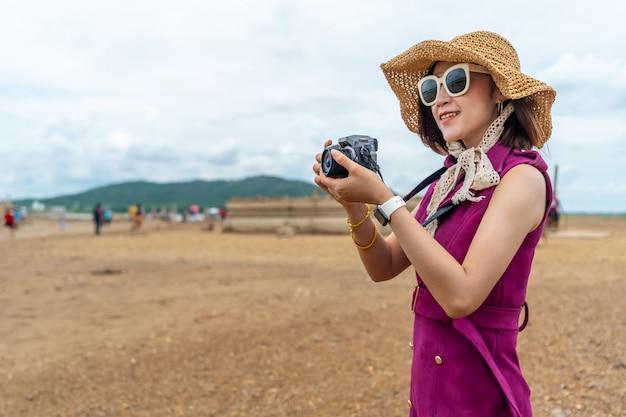 Femme de voyageur prenant une photo avec l'appareil photo