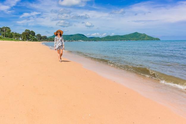 Femme voyageur profite de la vue magnifique sur la mer pendant ses vacances