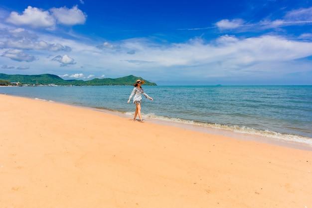 Femme voyageur profite de la vue magnifique sur la mer pendant ses vacances.