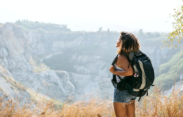 Femme voyageur regardant la montagne