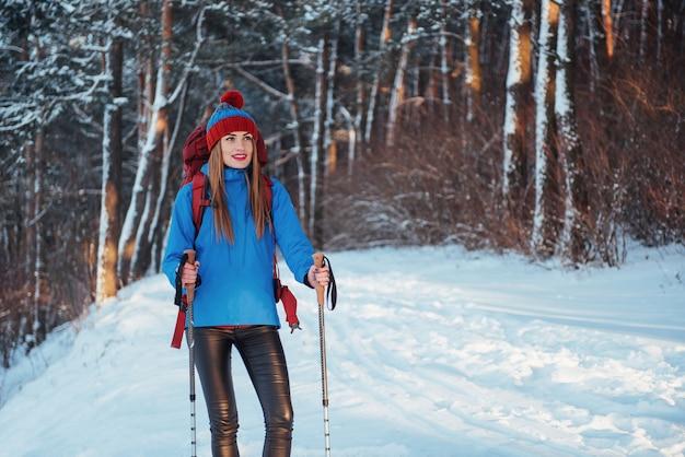 Femme voyageur avec sac à dos de randonnée voyage lifestyle aventure vacances actives en plein air. beau paysage forestier