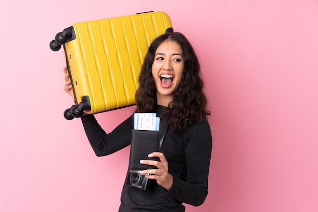 Femme de voyageur avec une valise