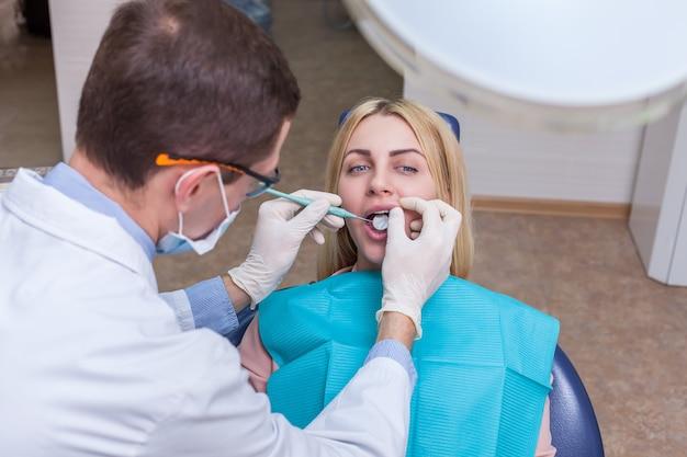 Femme voyant un dentiste