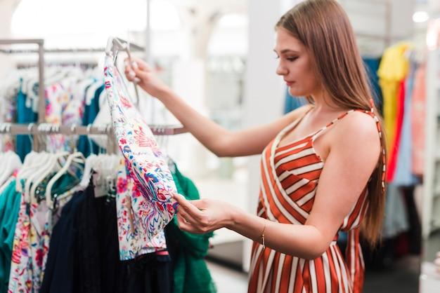 Femme vue de côté en regardant une jupe