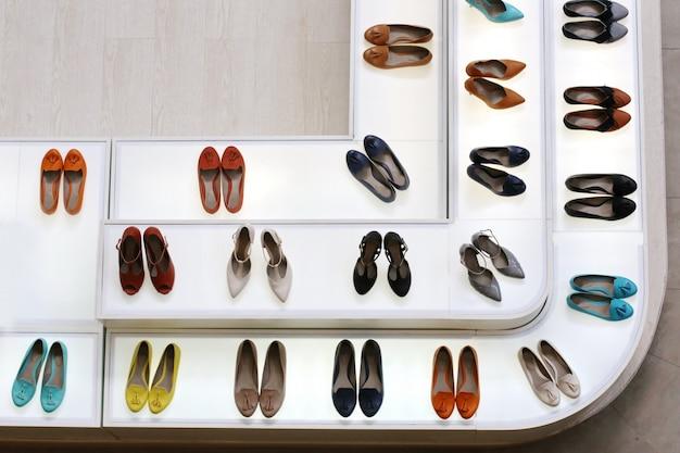Femme vue de dessus chaussures à talons hauts dans la boutique
