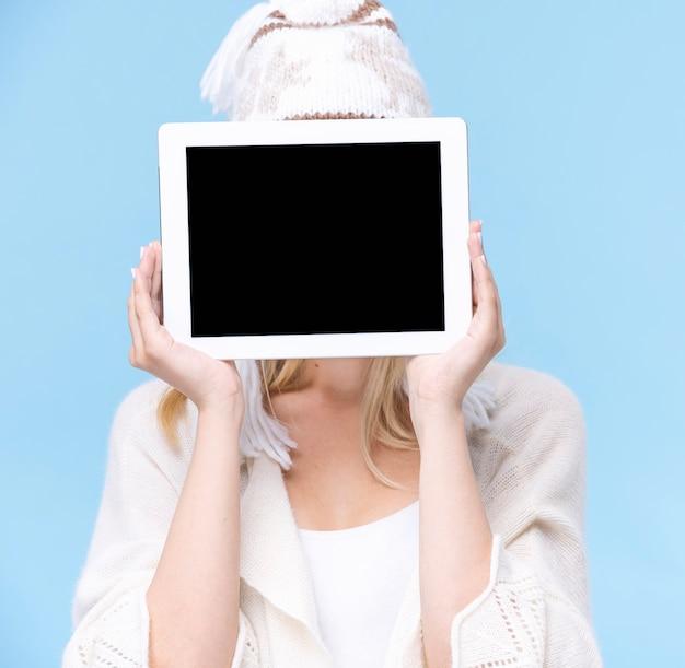 Femme vue de face couvrant son visage