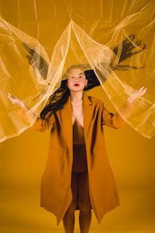 Femme vue de face en posant jaune