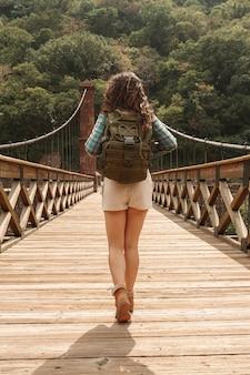 Femme vue de face avec sac à dos sur le pont