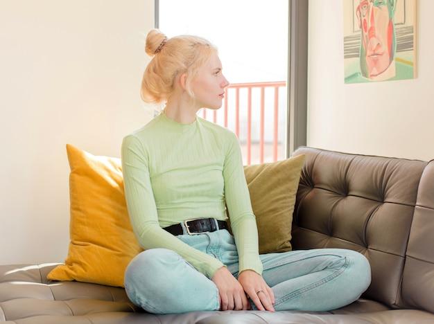 Femme sur la vue de profil à la recherche de copier l'espace à venir, de penser, d'imaginer ou de rêver