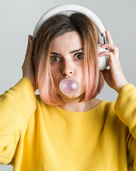 Femme vue vue, chewing gum