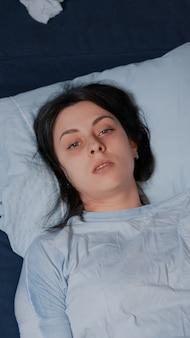 Femme vulnérable émotionnellement instable pleurant se sentir bouleversée