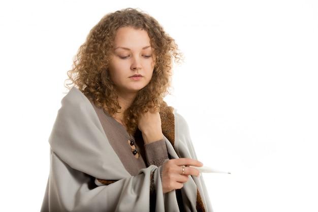 Femme worried regardant un thermomètre