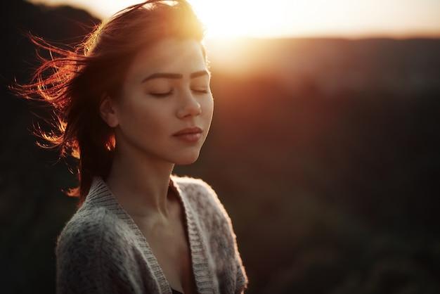 Femme avec les yeux fermés