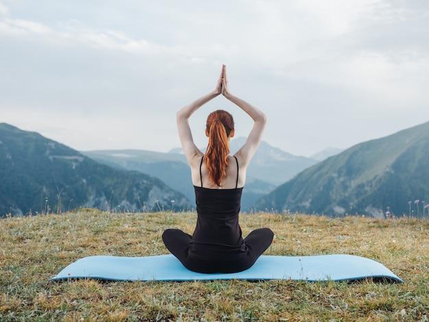 Femme yoga asana méditation nature montagnes air frais tapis de remise en forme