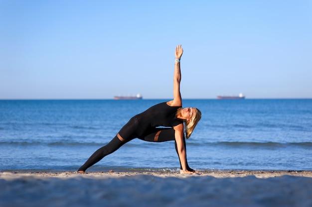 Femme, yoga, asana, plage