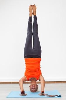 Femme, yoga, entraînement, poirier