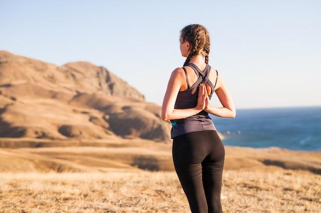 Femme, yoga, nature, extérieur