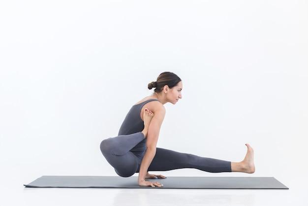 La femme yogi pratique le yoga sur le tapis. concept de mode de vie sportif