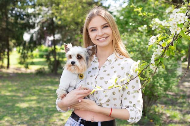 Une femme avec un yorkshire terrier, l'amour pour les animaux de compagnie