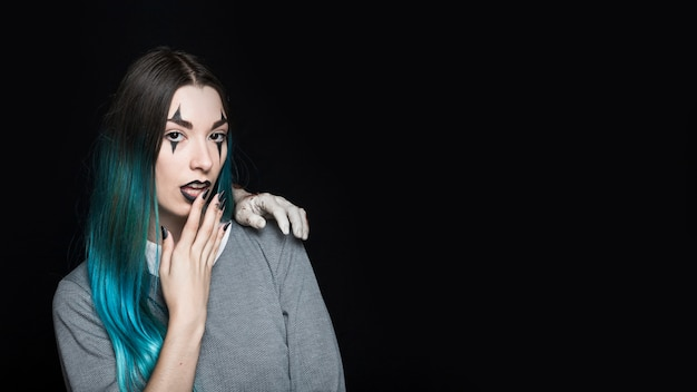 Femme avec zombie main sur l'épaule