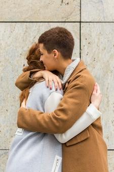 Femmes adorables célébrant leur relation