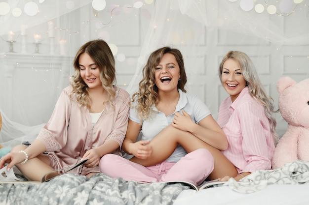 Femmes adultes drôles ayant une soirée pyjama.