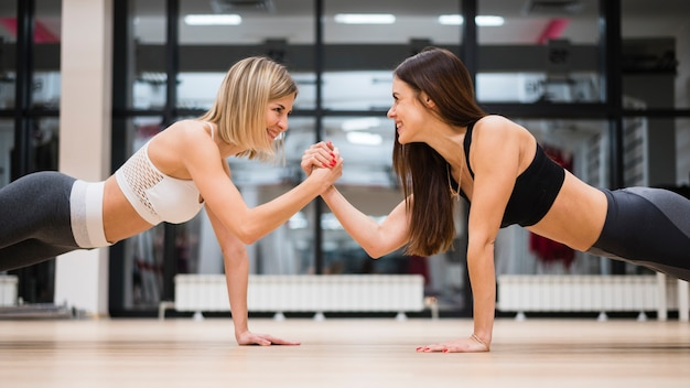 Femmes adultes travaillant ensemble