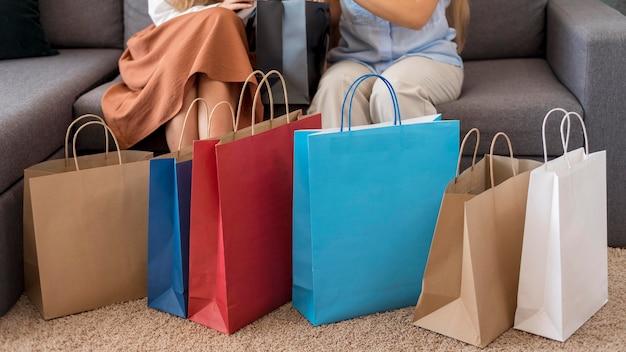 Femmes adultes vérifiant les achats ensemble
