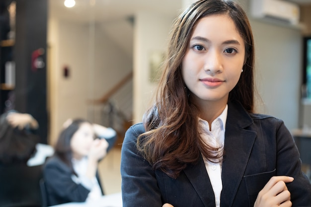 Femmes d'affaires asiatiques et groupe utilisant un cahier