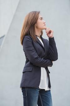 Femmes d'affaires asiatiques en pensée avec vision futur concept futur