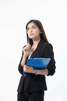 Femmes d'affaires asiatiques sont souriant et tenant avec le presse-papiers pour travailler heureux