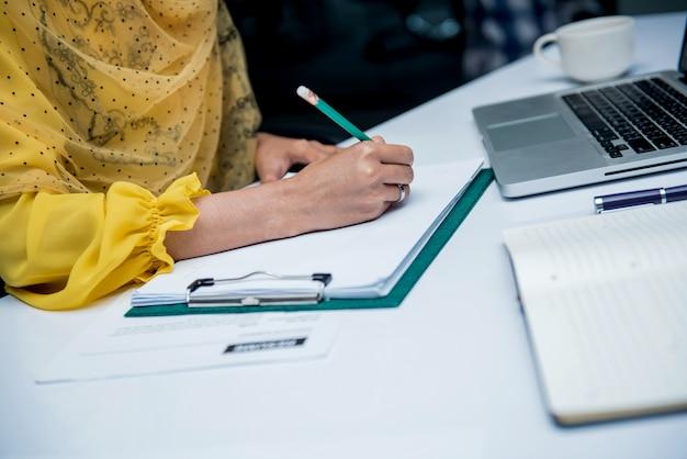 Les femmes d'affaires asiatiques travaillent au bureau